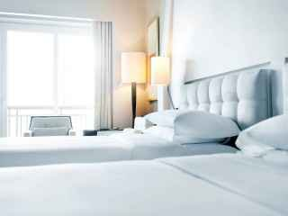 1540230030-04-hotel-decorating-white-sheets.jpg