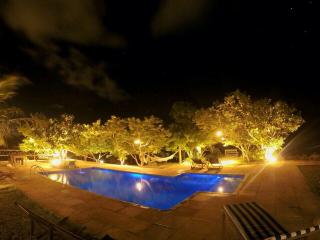 1545852907-casa-para-alugar-em-arraial-dajuda-bahia-vista-mar-deck-a-noite.png