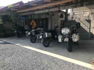 1606489575-pousada-em-urubici-sc-estacionamento-moto.jpg